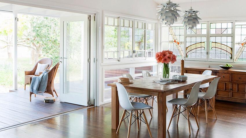 mesa de jantar com cadeiras eames e arranjo de flores | Westwing.com.br
