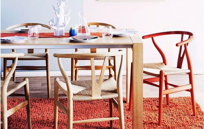 Mesa dobrável com cadeira coloridas com tapete colorido felpudo, na sala de jantar | westwing.com.br