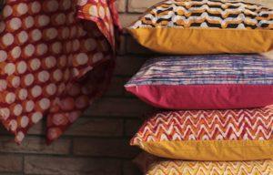 almofadas estampadas empilhadas - unsplash - c-a3773