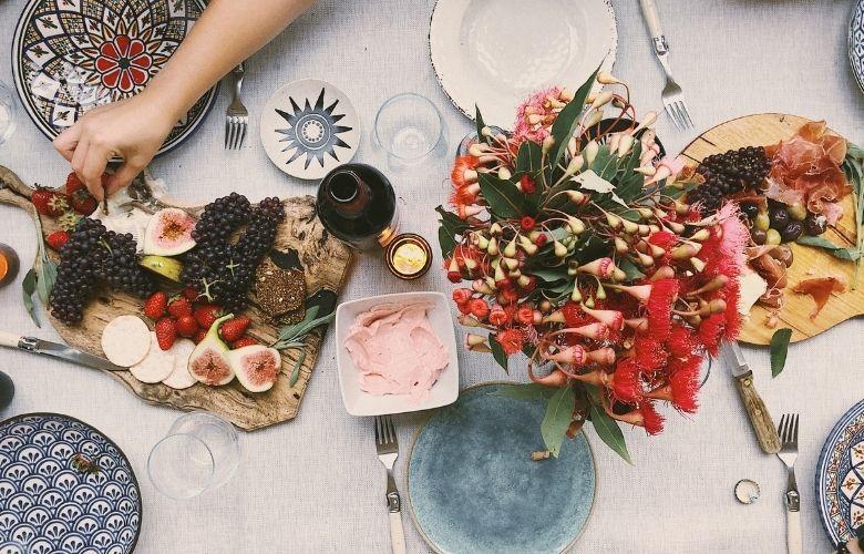 mesa posta vista de cima com pratos de diferentes estampas em tons de azul