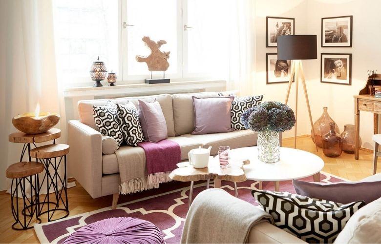 quarto em estilo romantico com almofadas e tapete geometricos de cores diferentes