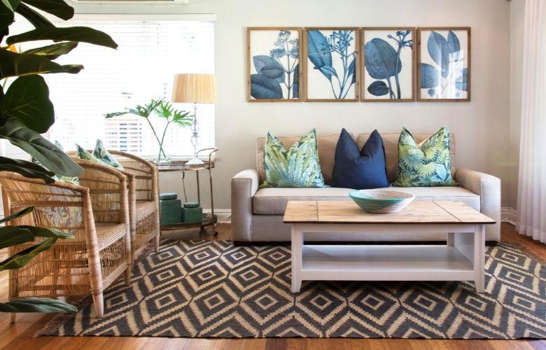 sala de estar de inspiração tropical com tapete geométrico