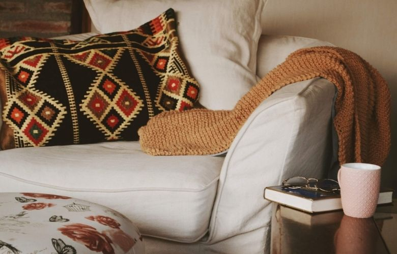 poltrona branca com almofada geometrica colorida