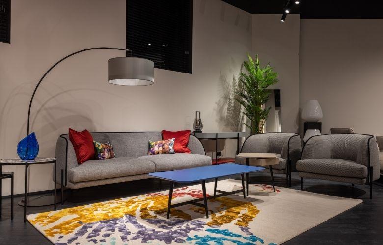 Sala com decoração moderna e colorida com Arco Lamp