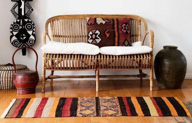 cantinho com namoradeira com almofada estampada e tapete kilim