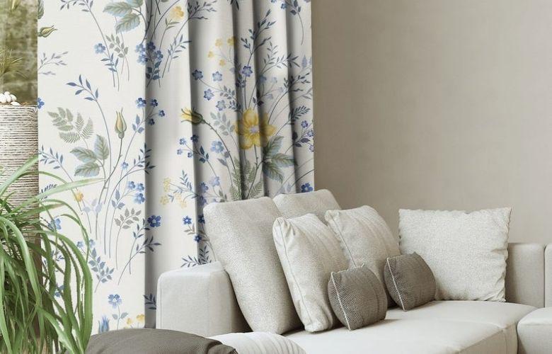 cortina florida atrás de um sofá bege