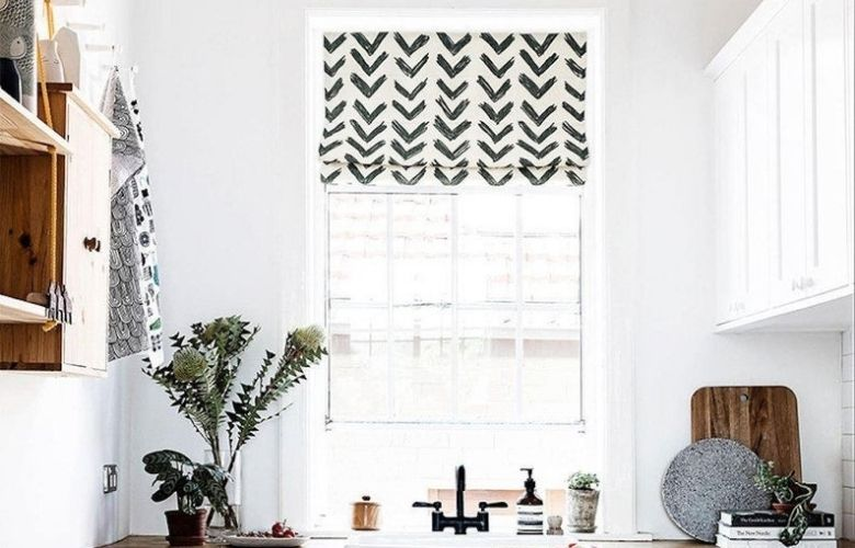 cortina preta e branca na cozinha com utensílios na bancada