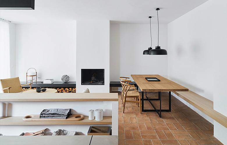 casa de campo rústica e moderna minimalista com móveis de madeira, paredes brancas e luminárias pretas