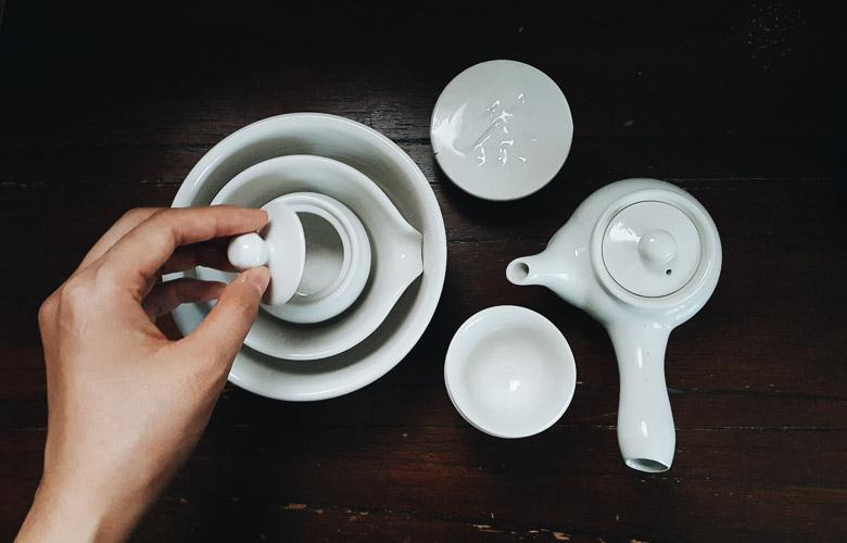 molheira de porcelana branca com tampa