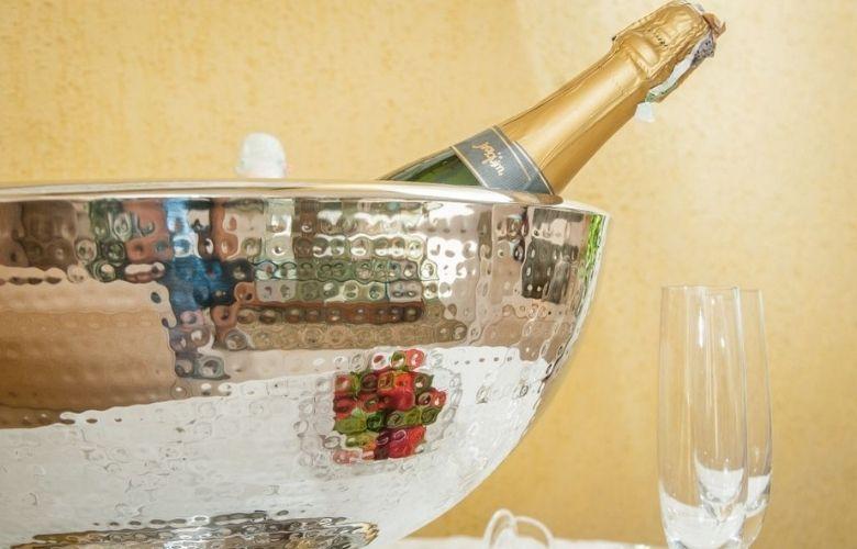 champanheira de mesa com bebida