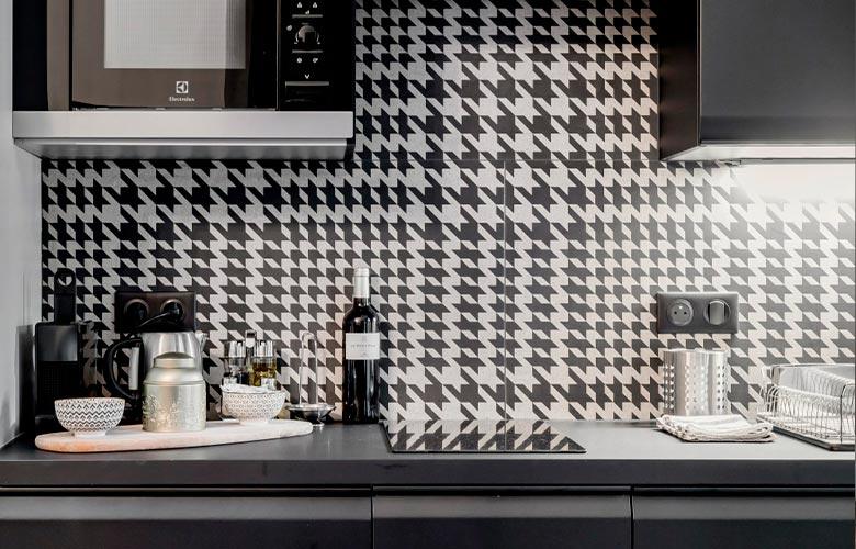 cozinha com armários planejados de mdf parede com estampa pied de poul e microondas