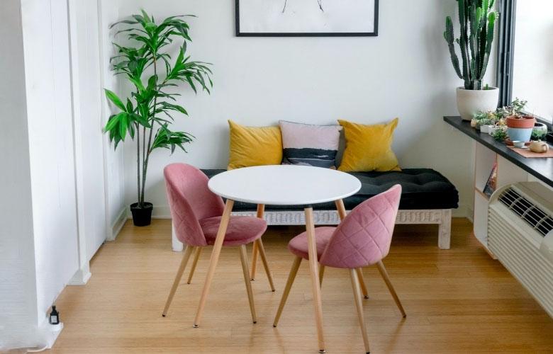 sala-de-jantar-integrada-a-sala-de-estar-com-mesa-e-poltronas-rosa-com-pés-palito_pexels_c-a843