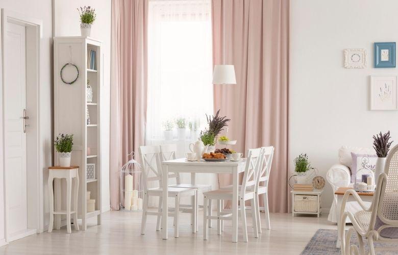 sala de estar e jantar shabby chic com móveis brancos, mesa de jantar e armários de madeira branca