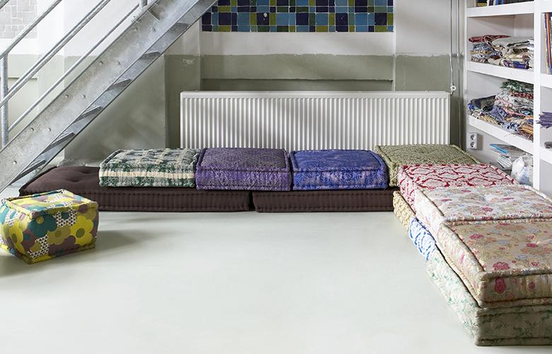 várias-almofadas-futon-de-diversas-estampas_banco-ww_c-a7674