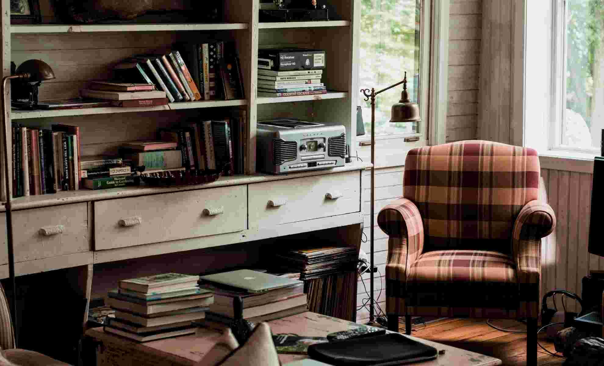 decoração com livros na sala em estante grande madeira