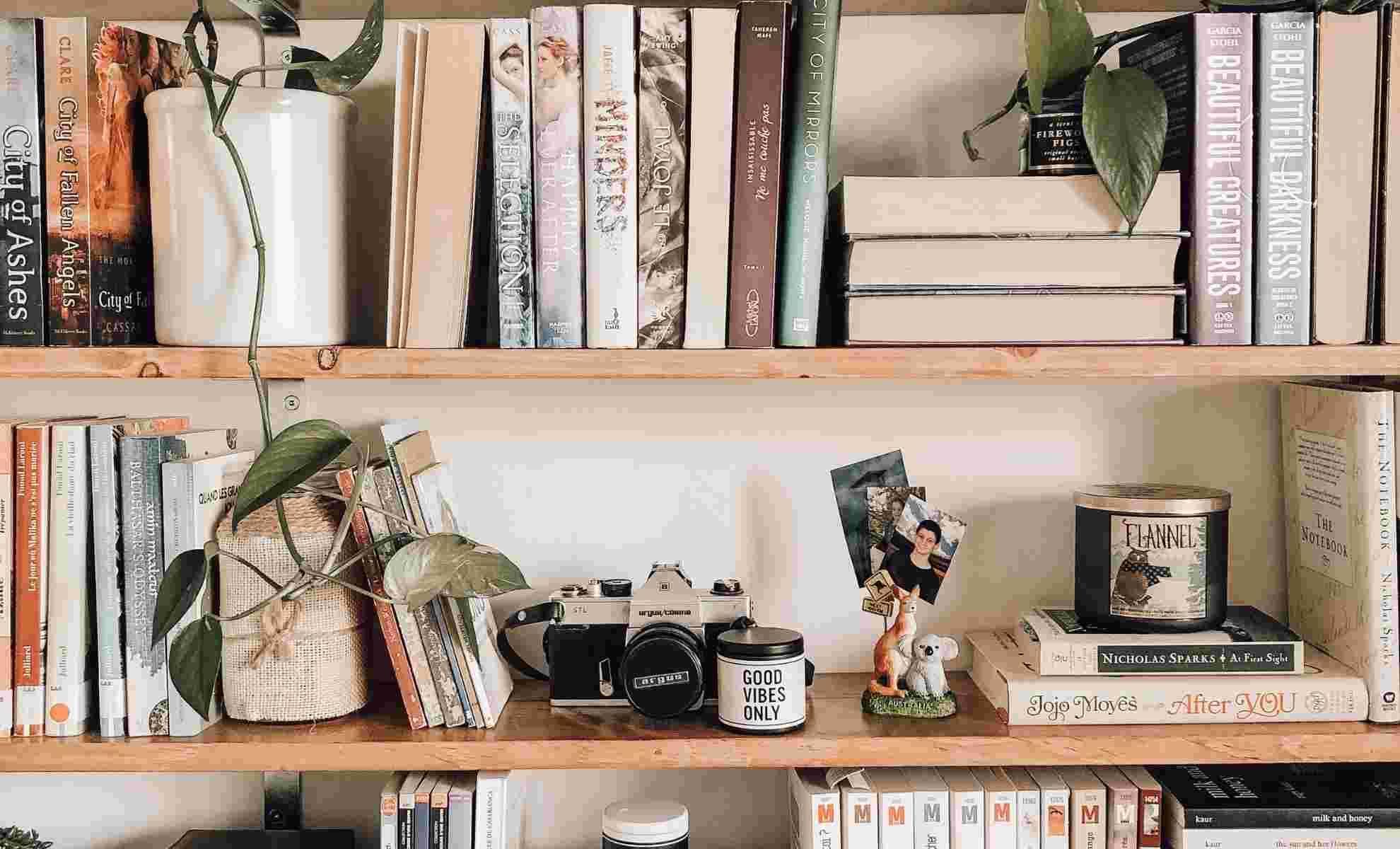 decoração de estante de livro de madeira com vaso de porcelana