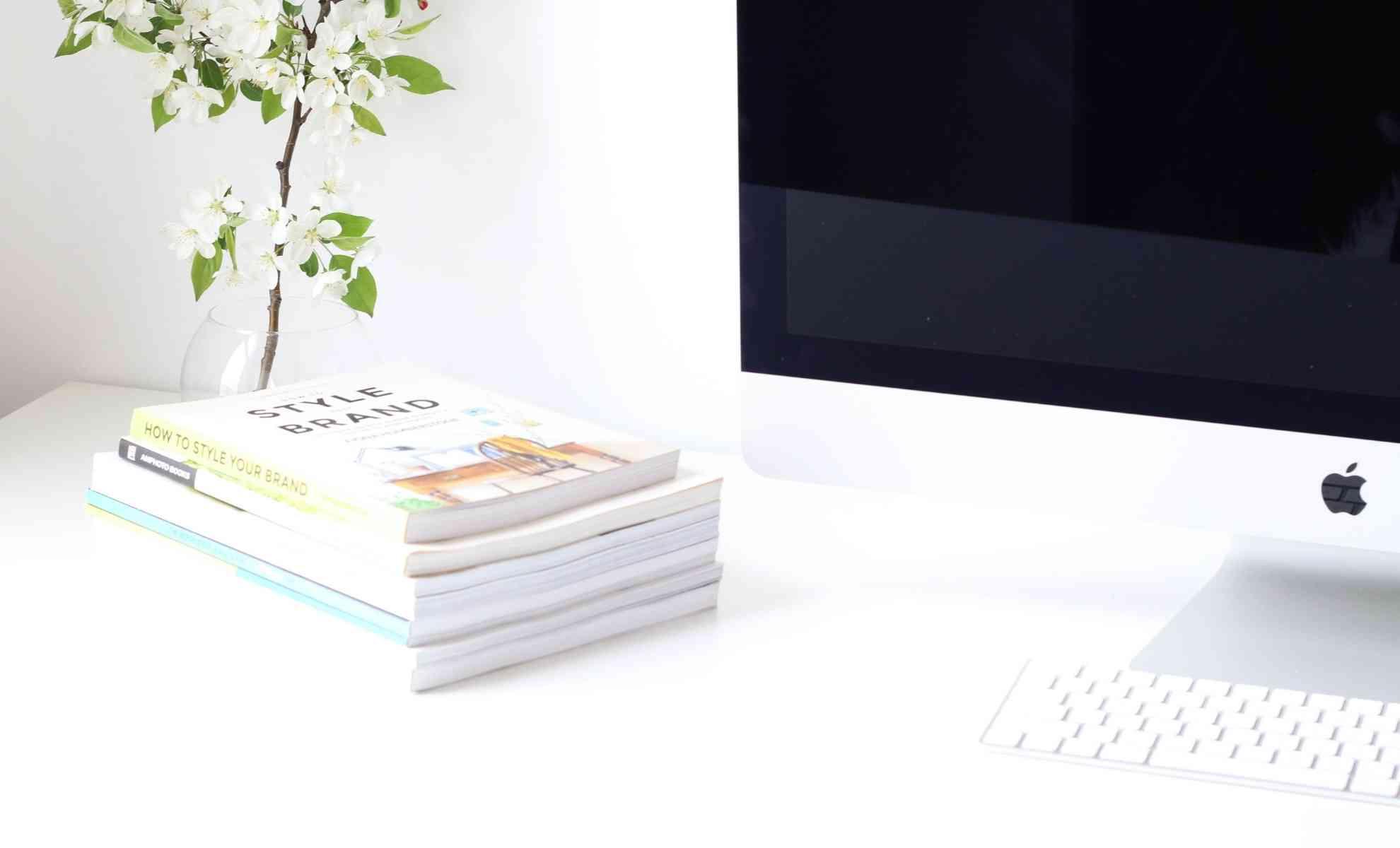 mesa de escritório branca com plantas e computador