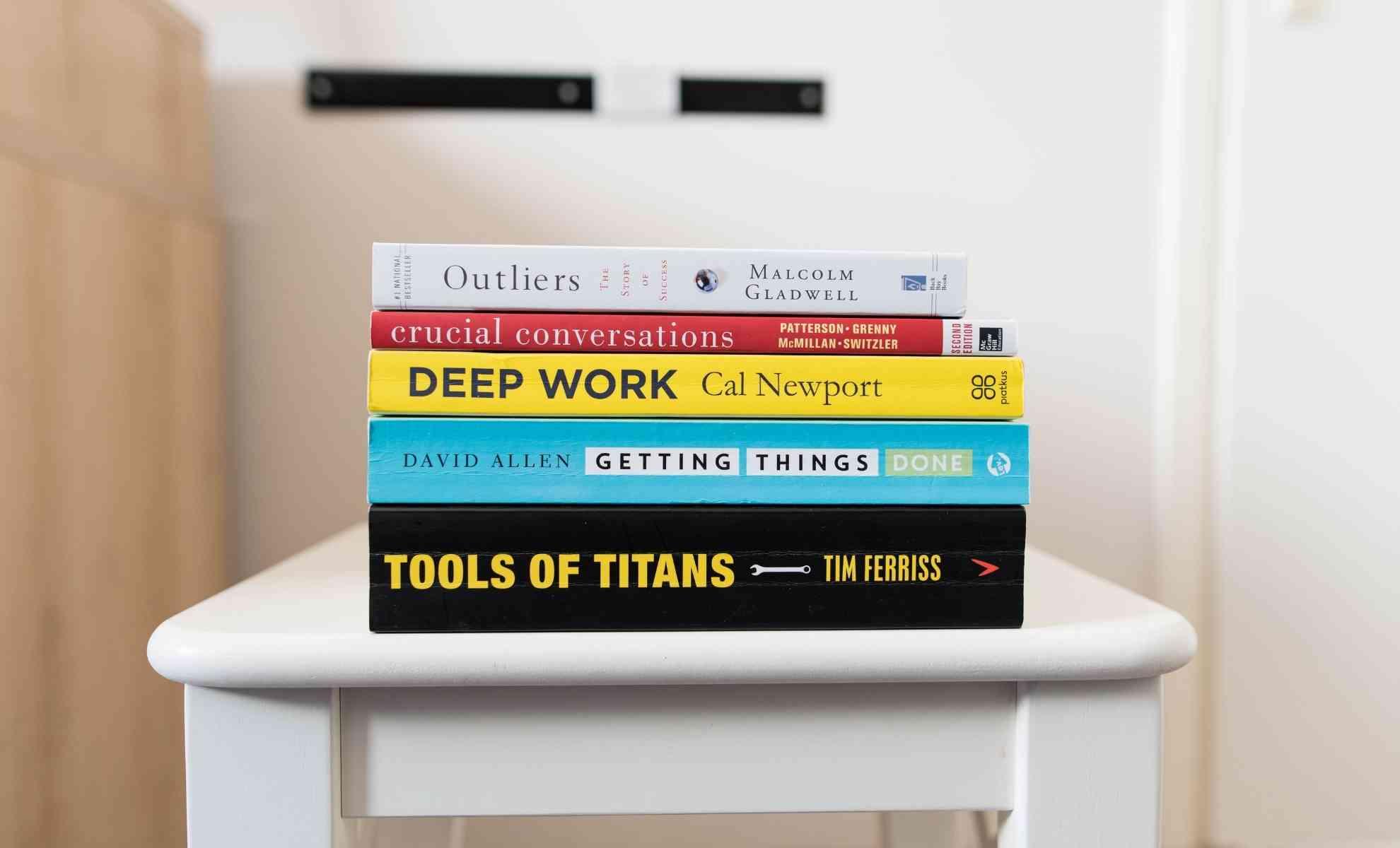 mesinha lateral decorada com objetos de leitura