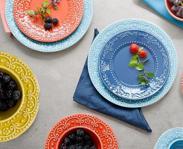 Mesa de brunch - prepare a sua: mesa posta com pratos coloridos e guardanapos de pano coloridos   Westwing.com.br