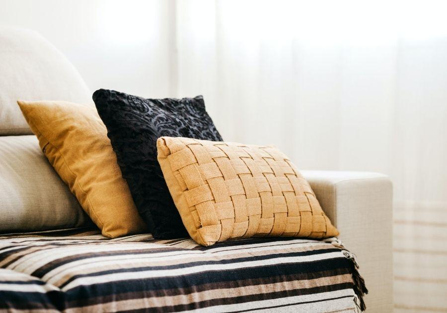 decoração com almofadas em diferentes tamanhos e tecidos