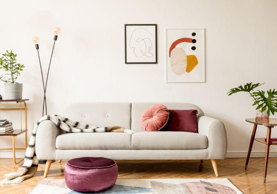 decoração com almofada quadrada e redonda no sofá cinza vintage