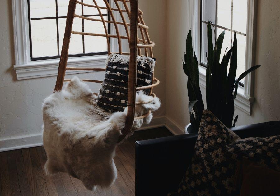 cadeira de balanço suspensa com almofada e manta felpuda
