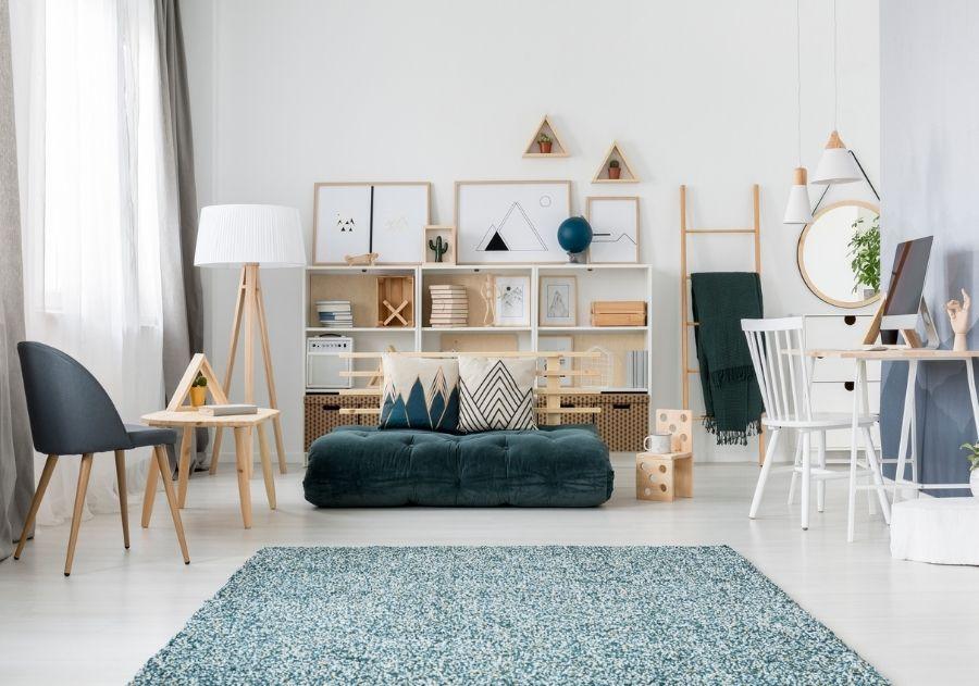 decoração com almofadas estampadas sobre futon de veludo verde escuro na sala