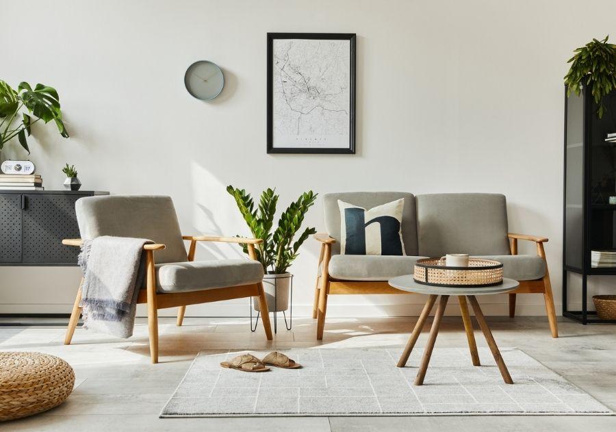 almofada decorativa sobre cinza de dois lugares de madeira