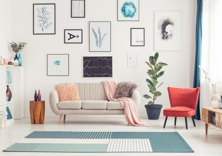 decoração com almofadas sobre sofá cinza com tapete azul estampado