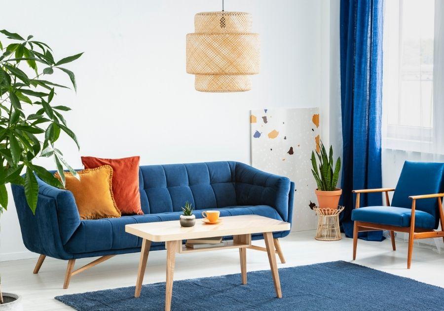 almofadas coloridas sobre sofá azul combinando com tapete azul