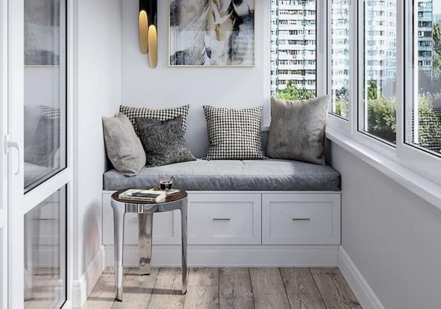 almofadas na varanda moderna sobre sofá pequeno