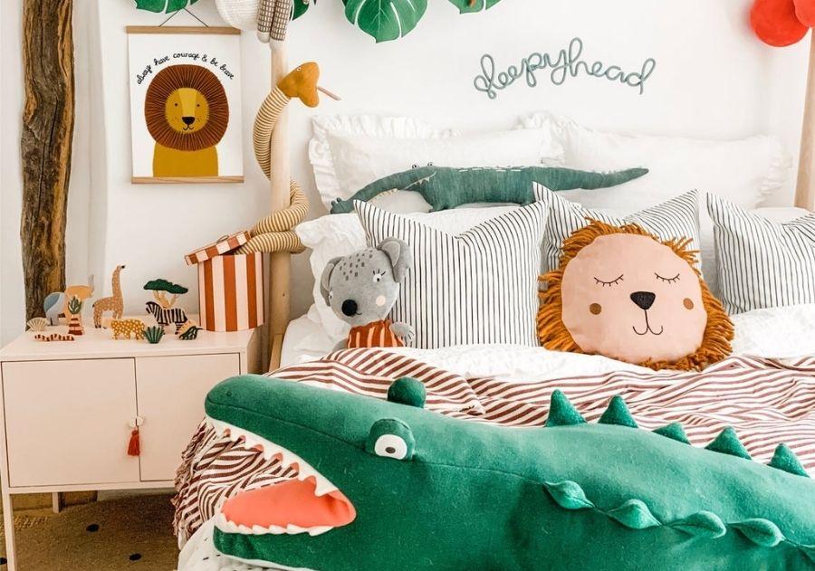 almofada de leão no quarto infantil selva