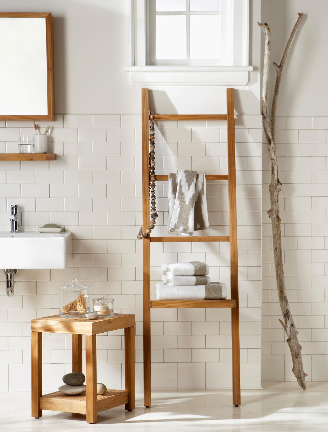 Escada usada como toalheiro dá o toque especial à decoração do banheiro
