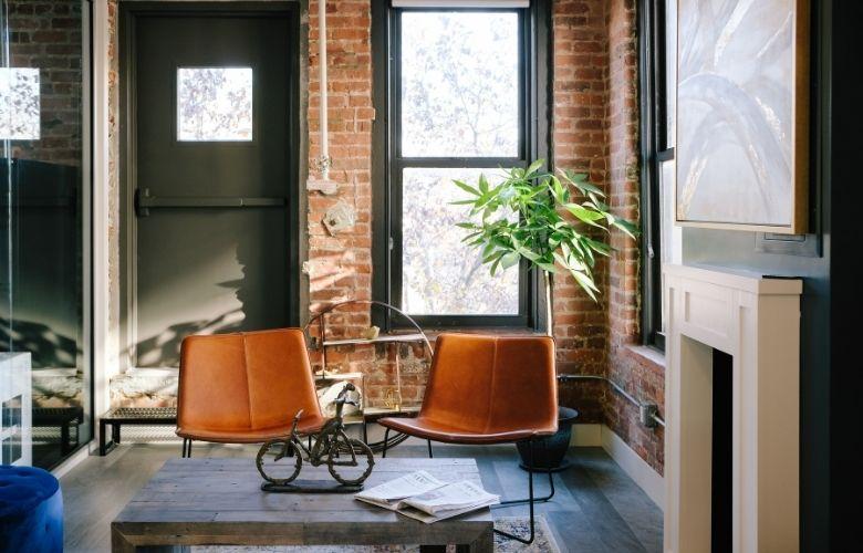 entrada estilo industrial com cadeiras de rodinha e mesa de centro
