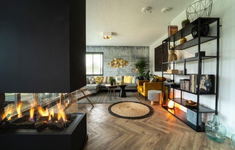 decoração industrial contemporânea em flat de ambientes integrados, chão de tacos, estante de metal