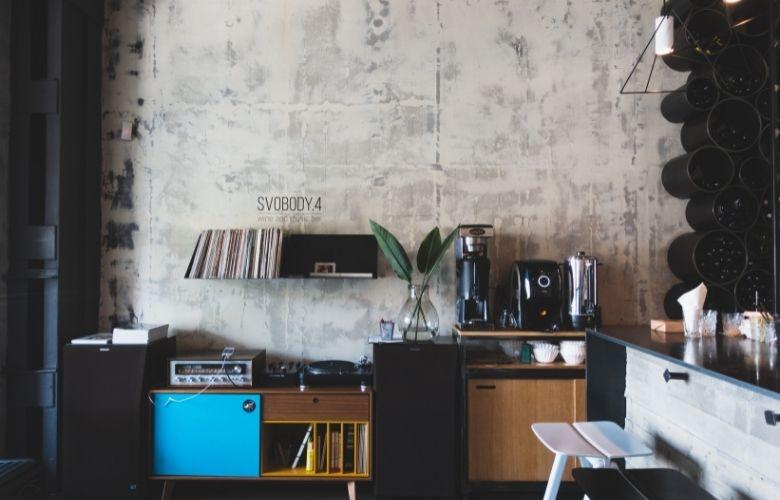estilo industrial interiores em parede em sala de estar