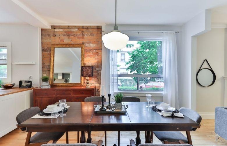sala de jantar estilo industrial, espelho grande, lustre