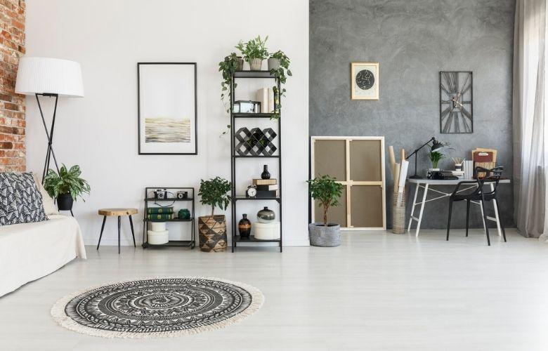casa estilo industrial moderno com parede na cor de cimento queimado, tapete boho, móveis em ferro e madeira