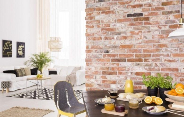 decoração sala de estar industrial integrada a sala de jantar, paredes de tijolos, mesa de café da manhã