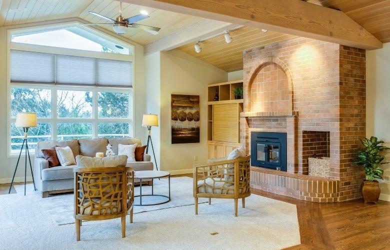 casa em estilo industrial decoração de sala de estar, parede de tijolos, chão de madeira, sofá e poltronas