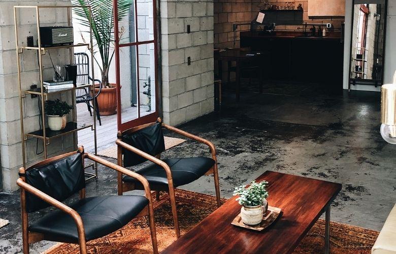 casa em estilo industrial decoração de sala de estar, parede de tijolos e móveis em ferro - unsplash - p-a0027
