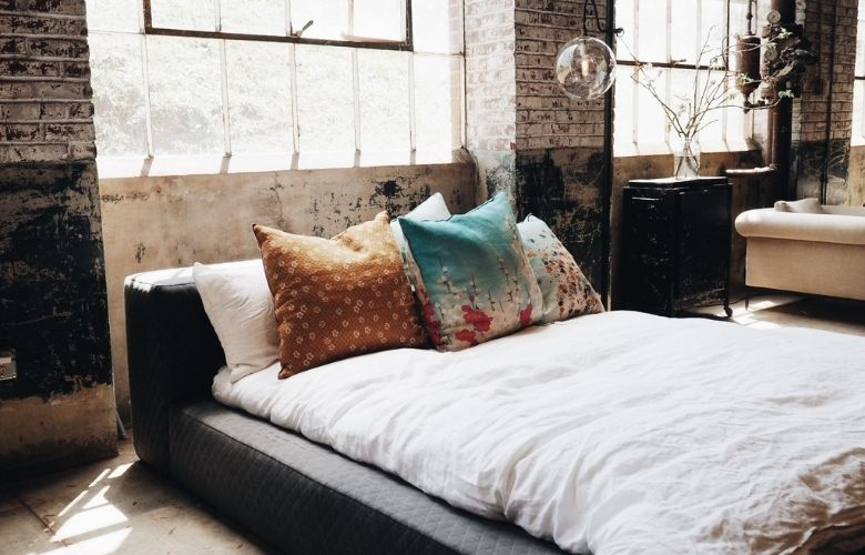 estilo industrial moderno em decoração de quarto de casal