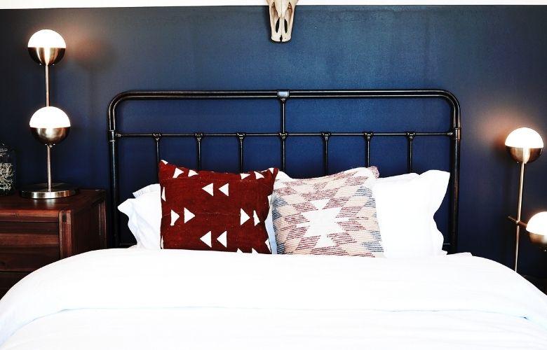 estilo industrial moderno em decoração de quarto de casal azul