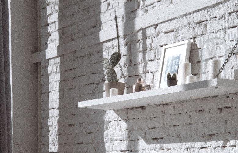 parede industrial com vigas aparecendo, prateleira de madeira