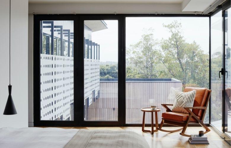 janela estilo industrial na decoração do quarto