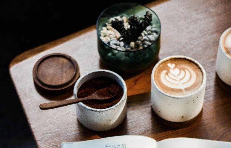 chai latte ao lado de especiarias sobre a mesa unsplash