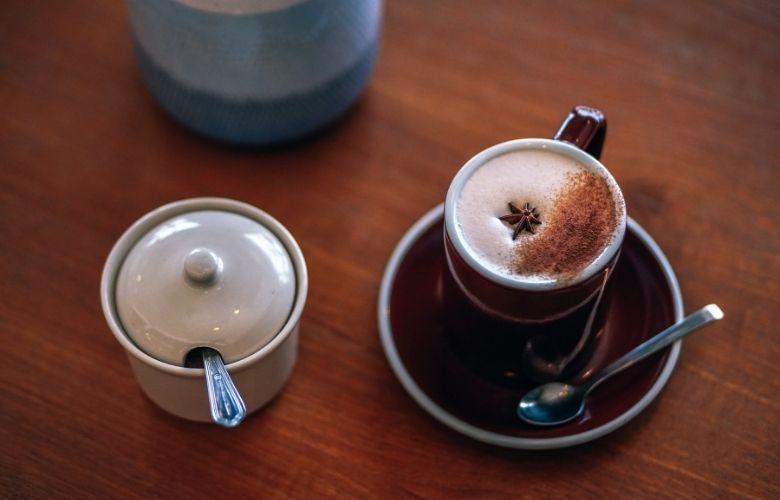 chai latte em xícara sobre a mesa