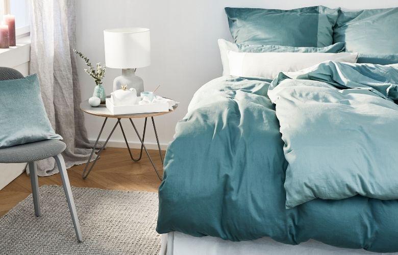 cores para quarto azul e branco, mesa de cabeceira redonda