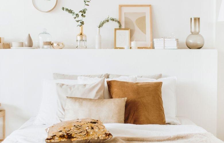 cores para quarto pequeno e natural, almofadas brancas e bege, quadros de madeira