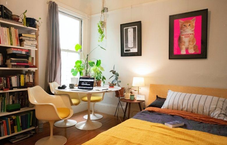 Cama amarela em decoração de quarto pequeno de casal